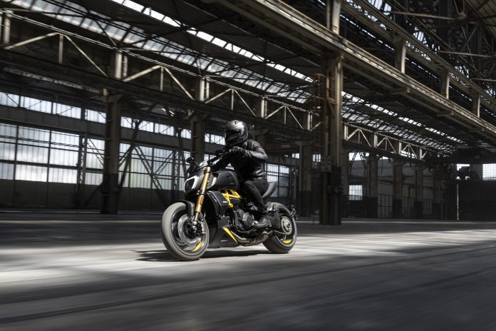 Ducati Diavel 1260 S Black and Steel action